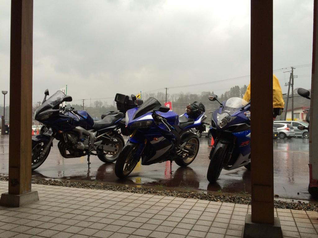 雨宿りしてた道の駅で、他人のR1と。R1買おうと思ってた時期もありました。(iPhoneスナップ)
