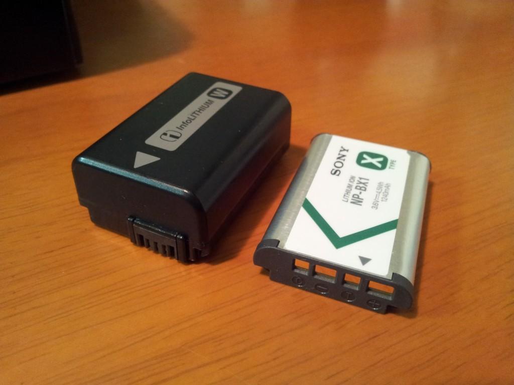 左がNEXのバッテリー